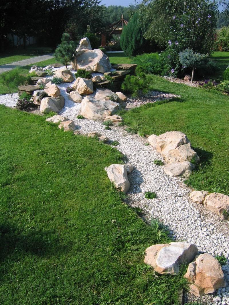 Сухой ручей в ландшафтном дизайне: 5 советов и пошаговое руководство