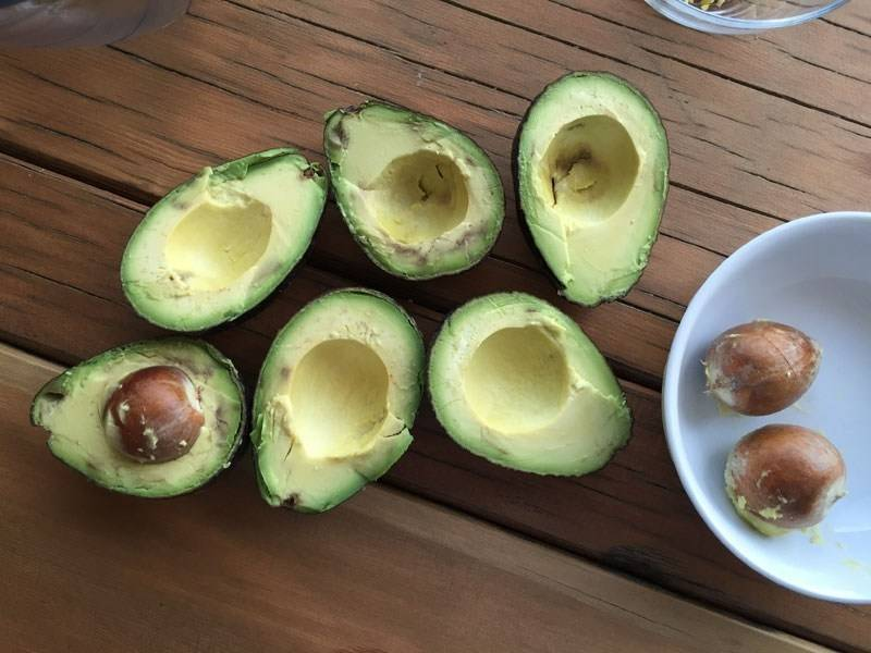 Авокадо для салата: как правильно чистить в домашних условиях