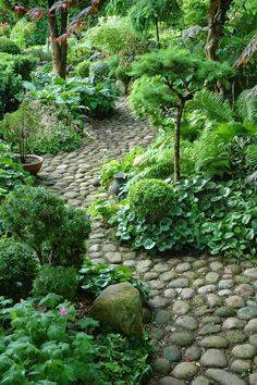 Садовые дорожки своими руками (94 фото): как сделать на даче дешево и красиво, деревянные и при помощи формы, из покрышек или из цемента