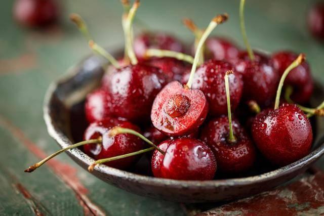 Черешня — королева лета: калорийность, полезные свойства, противопоказания