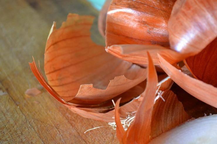 Как применять настой шелухи лука для подкормки рассады?