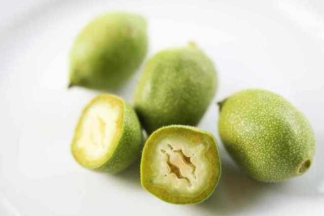 Применение настойки зеленого грецкого ореха на водке, спирту, керосине