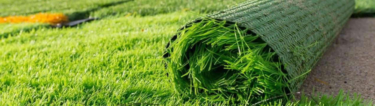 Искусственная трава (78 фото): ландшафтное газонное напольное покрытие, укладка газона на даче на клей