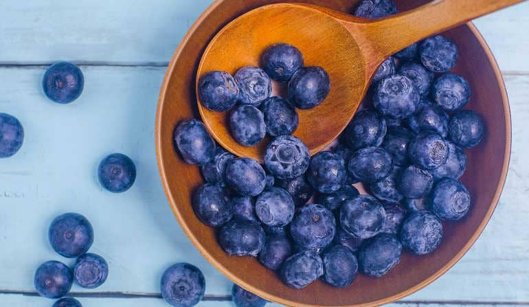 Черника: полезные свойства и противопоказания, рецепты применения ягоды