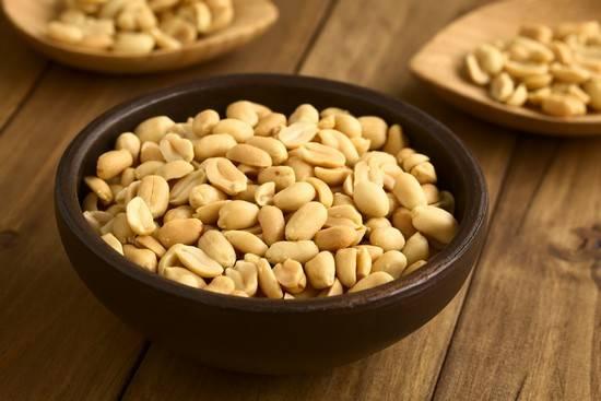 Зачто мылюбим арахис: польза и вред от любимых орешков