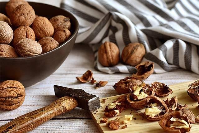 Как правильно расколоть и очистить грецкий орех в домашних условиях