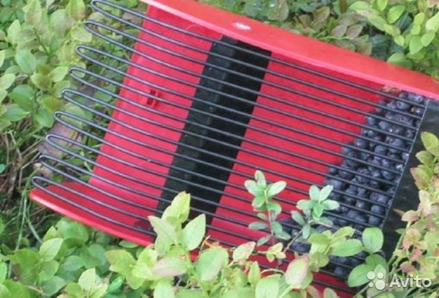 Комбайн для сбора ягод (31 фото): приспособление для сбора черники, клюквы и облепихи, особенности финского ручного ягодосборника
