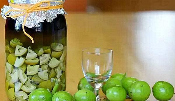 Рецепты и способы применения настойки из зеленых грецких орехов на водке и спирту
