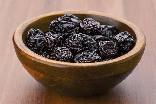 Польза и вред чернослива в компоте, отваре, чае, настойке